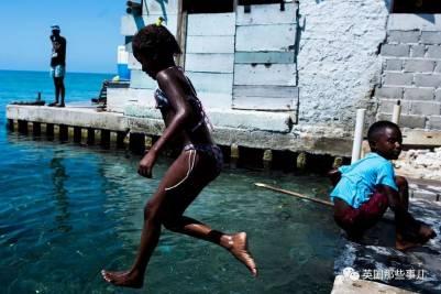 因為沒有蚊子...這裡成了世界上最最最擁擠的一個小島....