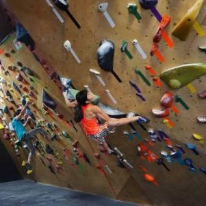 6歲愛上極限運動,13歲創造攀岩奇蹟,這個16歲的金剛芭比竟成為現實版「蜘蛛俠」…