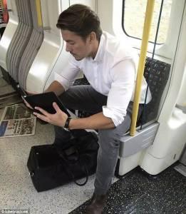 那個每天偷拍倫敦地鐵帥哥的網站,最近被批了...燃鵝這依然無法阻擋網友們看帥哥的心...