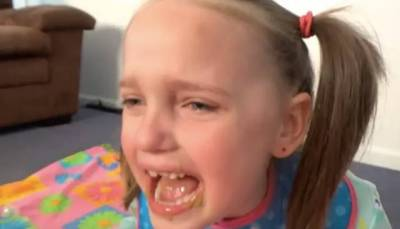把青蛙放進女兒正在洗澡的浴缸,他說是在整蠱孩子...這個男人,讓網友們憤怒了..