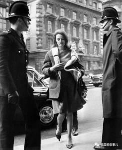 逃出絕望家庭成為應召女郎,卻陰差陽錯撼動了英國政壇…她的一生,無比悲涼