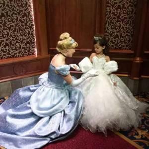 這個爸爸為女兒親手做100套公主裙,圓她的童話夢,感動了32萬粉絲,這才叫做把女兒寵成小公主