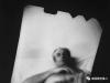 她把自製相機塞入陰道,為情人們拍出了一組驚世駭俗的「親密照」…