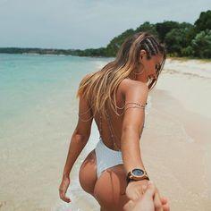 IG上「最養眼雙胞胎」終於滿18歲 去海邊狂曬「比基尼辣照」嫩乳封印也解除!