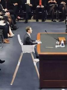 因為聽證會上的一張坐墊,小扎快被美國的吃瓜群眾們玩壞了……