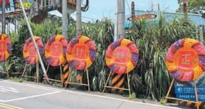 台灣一男子街頭擺花圈示愛民眾:丟臉但有創意