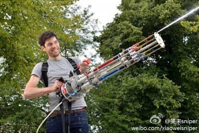 """倫敦一名27歲的工程師Alex Bygrave,花費了50個小時,首次設計並製造出全球第一支""""加特林式"""" 轉管水槍"""