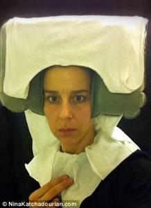 女子難耐乏味旅途 飛機廁所內秀手紙復古裝