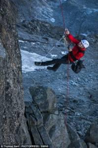 28名登山者定格阿爾卑斯山峰形如尖針刺入