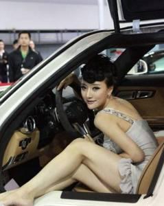 大陸百變車模 吳雨嬋 中空禮服就是最大的特色