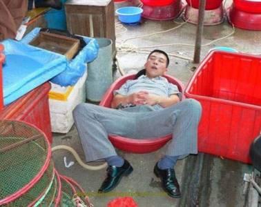 大陸人的《奇特睡姿》~可能...他們真的比較累吧?