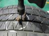 今早去牽車時發現右後輪已經扁了,開去補胎時老闆用一支戳子往漏氣洞口塞入一條補胎條就完工,這樣安全嗎?