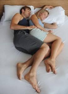 《情侶睡姿》看出伴侶間最深層的心理