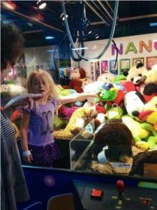 娃娃機老是夾不到?妹妹這招可厲害了!