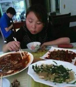 這差距也太大了,甜心正妹一吃飯變大嬸