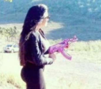 她是最強大的販毒團的頭目!粉紅色的AK好酷炫!!!
