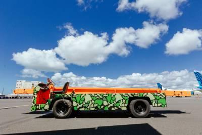 迷彩美女傳遞熱情,夏威夷機場登機橋 擺渡車塗裝大改造