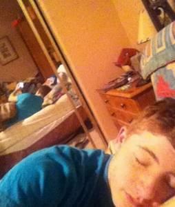 正妹自拍躺床照的真相 親愛的偷拍我