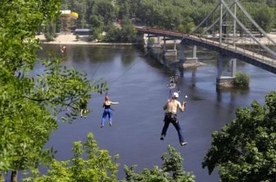 烏克蘭才是戰鬥民族!夫婦背穿鐵鉤玩滑索!!!