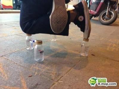 【熱門】高難度乞討,南京男子跪在3個飲料瓶上練功兼乞討