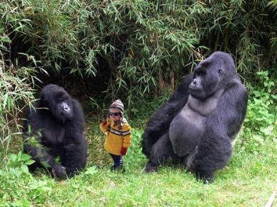 吃香蕉錯了嗎?野生小男孩被瘋狂惡搞