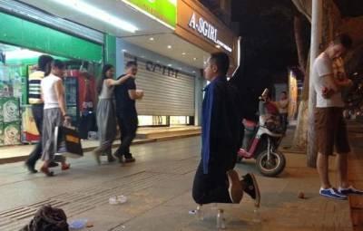 超高難度動作 男子跪在3個飲料瓶上乞討兼練功