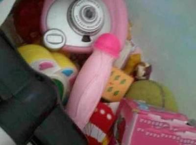 潛入妹妹的房裡,意外發現她藏的玩具居然是...