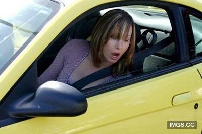 車子的引擎發不動,女友卻在這個時候...