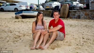 一對夫婦翻看家庭相片時發現他們孩童時代竟然曾在同一個海灘上玩過