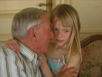【震驚】意大利60歲老頭和11歲美少女的『情侶恩愛照』……