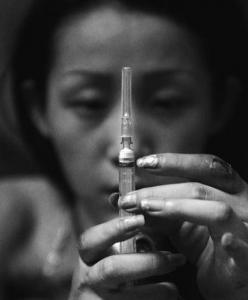 慎入:一個漂亮女孩吸毒的恐怖過程!! 毒品萬萬不能碰啊!~