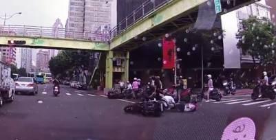 小屁孩騎車亂鑽 撞車騎士倒一片