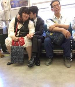 今天在地鐵上看到的情侶。。。讓我無語