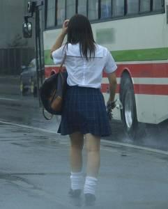 「學妹,衣服這麼透妳敢穿著上課?」網友:制服下的內衣這就是青春啊!