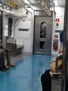 網友拍下捷運神秘男女 深夜上演《鐵達尼號》激情戲