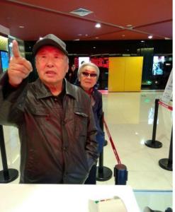 每個人都羨慕的愛情,老爺爺帶著他70幾歲的小妹妹看電影~