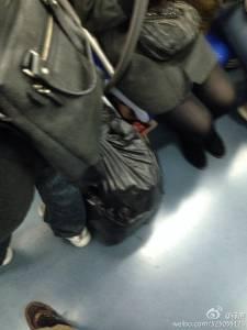 男子躺地鐵座位下偷摸女乘客腿