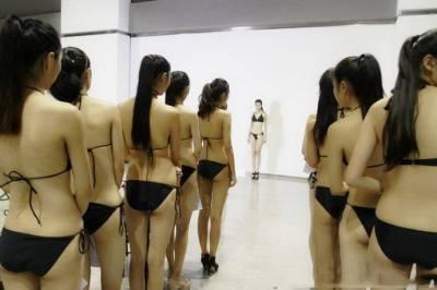 美女學生穿比基尼上課男同學過眼癮