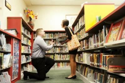 為了求婚,Geek男精心策劃了圖書館劇情,甚至準備了定製版漫畫書