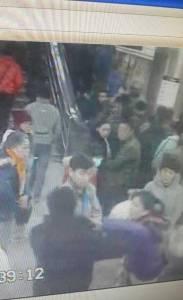 【新聞】女乘客地鐵内遭男子猥亵,男子要逃被其揪住呵斥:『呔!老娘未爽,哪逃!』