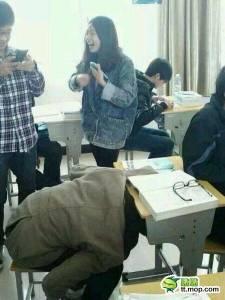 【爆笑】同學上課把頭插到抽屜玩手機,拔不出來了...