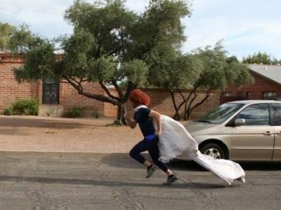 當他的老婆離開他之後 他就用她的婚紗做了一些很瞎的事