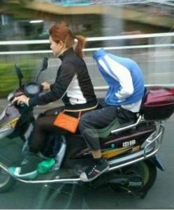 搭車看到旁邊的女騎士 載著一個不明的物體 結果竟然是...