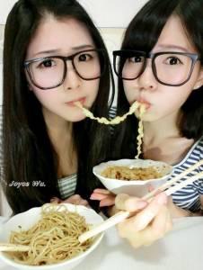 可以打包帶走嗎?超正的美女雙胞胎姊妹現身,你想要選哪一個呢?