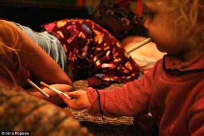 揭密!生活在「毒窟」的2歲女孩 毒蟲父母養大的孩子
