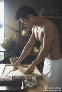 現在的廚師競爭好激烈啊 ,男生都要穿這樣出來做飯了...So Hot