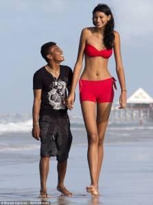 世界上身高差異最多的情侶! 女生210公分 男生150公分 這一定是真愛!