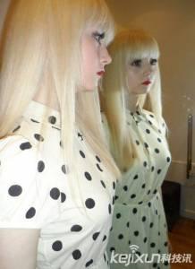 賣萌扮蘿莉英國白化病女孩,酷似芭比娃娃