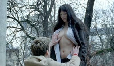 隨性不羈的巴黎浪漫女孩!「蕾雅瑟杜」熱愛時尚的性感穿搭... 18限