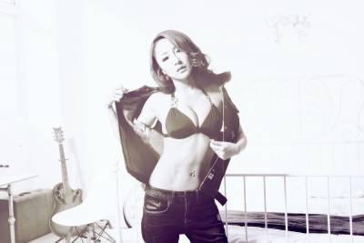 性感白皙話題女模-雪碧,為潮牌再展胸前美肌